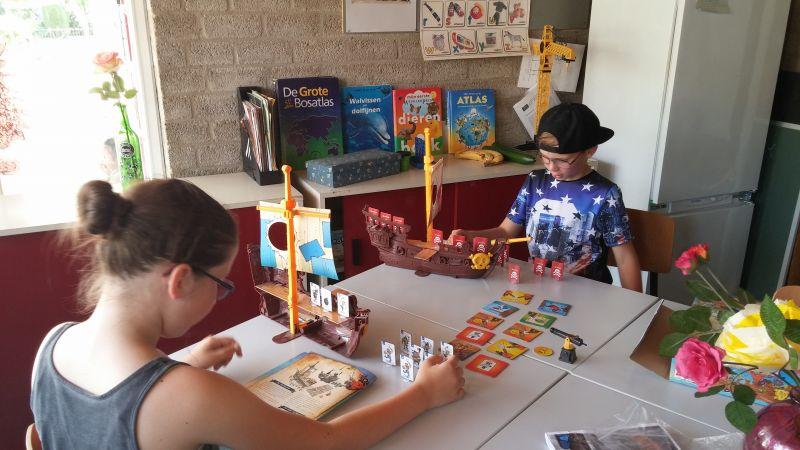 De wat oudere BSO kinderen spelen Stratego